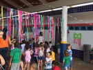 Crian�as brincam e dan�am marchinhas de Carnaval